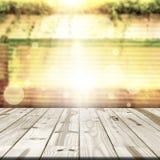 Деревянная столешница на расплывчатых старых стенах цинка Стоковое Изображение