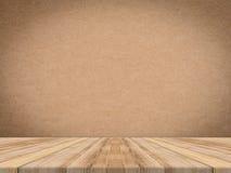 Деревянная столешница на тропической бумажной стене текстуры, насмешке шаблона вверх Стоковая Фотография RF