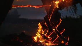 Деревянная структура горит с искрами на ноче сток-видео