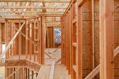 Деревянная структура рамки здания на месте новой разработки Стоковые Изображения RF