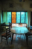 Деревянная таблица в столовой Стоковая Фотография