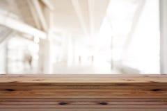 Деревянная таблица сосны на верхней части над предпосылкой нерезкости, может быть используемой насмешкой Стоковое фото RF