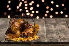 Деревянная таблица с оформлением конфеты хеллоуина падения Стоковое Изображение RF
