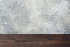 Деревянная таблица с предпосылкой бетонной стены, для вашего дисплея монтажа или продукта фото, космос для устанавливать детали н стоковые изображения