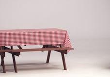 Деревянная таблица и красная салфетка для внешней партии Стоковая Фотография RF