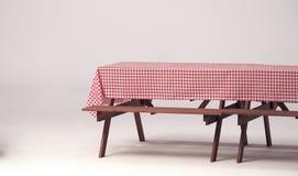 Деревянная таблица и красная салфетка для внешней партии Стоковые Изображения RF