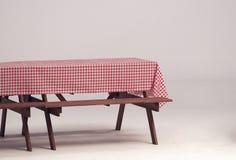 Деревянная таблица и красная салфетка для внешней партии Стоковые Фото