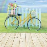 Деревянная таблица и расплывчатый велосипед в предпосылке Стоковые Изображения RF