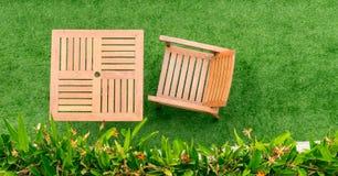 Деревянная таблица и таблица стула на траве Стоковые Фотографии RF