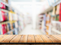 Деревянная таблица на предпосылке супермаркета нерезкости Стоковое Изображение RF