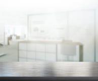 Деревянная таблица предпосылки нерезкости в офисе Стоковые Фото