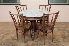 Деревянная таблица стула и древесины с мрамором на верхней части Стоковое Фото