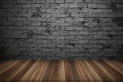 Деревянная таблица с предпосылкой кирпичной стены Стоковые Изображения RF