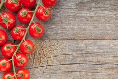 Деревянная таблица с томатами вишни Стоковое Фото