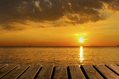 Деревянная текстура и красивая предпосылка с океаном, Солнцем и облаками на зоре стоковая фотография