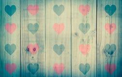 Деревянная текстура с красным черным сердцем, винтажным фильтром влияния Стоковое фото RF