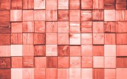 Деревянная текстура pannels покрашенная в цвете предпосылки коралла года 2019 живя Яркая предпосылка цвета 16-1546 макроса Ретро  стоковое изображение rf