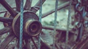 Деревянная тележка колеса с загородкой металла стоковое фото