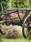 Деревянная тележка с летом цветет, сцена детали стоковые изображения