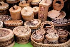 Деревянная утварь на рынке стоковые изображения