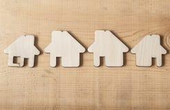 Деревянная форма дома на деревенской старой деревянной предпосылке - знаке Стоковое Фото