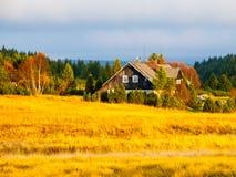 Деревянная хата в деревне Jizerka день осени солнечный Горы Jizera, чехия Стоковые Фотографии RF