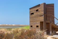 Деревянная хата наблюдать птицы на португальском побережье стоковое фото
