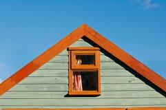 Деревянная хата пляжа с концом щипца голубого неба сильным графическим стоковая фотография