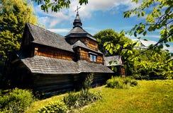 Деревянная церковь в этнической деревне стоковые фотографии rf