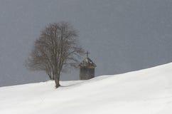 Деревянная часовня около дерева Стоковое Изображение RF