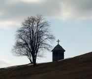 Деревянная часовня около дерева Стоковые Фото