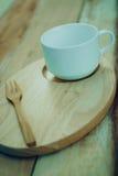 Деревянная чашка блюда и coffe на деревянном столе С космосом текста Стоковая Фотография