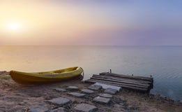 Деревянная шлюпка берега и каяка на острове пляжа Стоковое Изображение