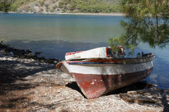 Деревянная шлюпка на пляже камушка Стоковое Фото