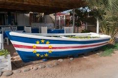 Деревянная шлюпка покрашенная с флагом Кабо-Верде стоковые фотографии rf