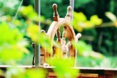 Деревянная шлюпка через лист стоковое изображение rf