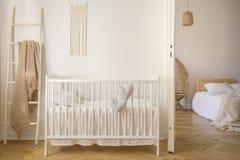 Деревянная шпаргалка при валики стоя в реальном фото белого интерьера комнаты ребенк с одеялом на лестнице стоковые фото