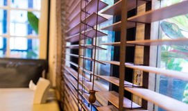 Деревянная штарка занавеса окна Стоковая Фотография
