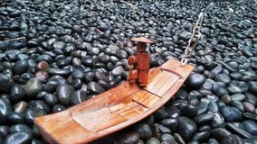 Деревянная шлюпка в море утесов стоковое фото rf