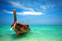 Деревянная шлюпка в море Стоковая Фотография RF