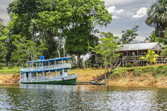 Деревянная шлюпка на Амазонке, Бразилии. Стоковое Изображение RF