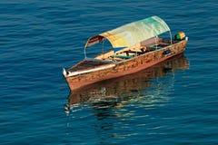Деревянная шлюпка на воде Стоковые Фотографии RF