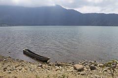 Деревянная шлюпка на озере, Бали, Индонезии Стоковое Изображение RF