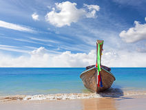 Деревянная шлюпка на древнем пляже, предпосылке природы Стоковая Фотография RF