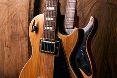 Деревянная электрическая басовая гитара и классическая электрическая гитара Стоковое Изображение RF