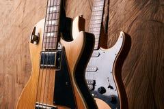 Деревянная электрическая басовая гитара и классическая электрическая гитара Стоковые Изображения