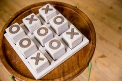 Деревянная tic игра ВОЛА пальца ноги tac Концепция стратегии, риска, конкуренции в деле винтажный блок печатания x letterpress стоковые фото