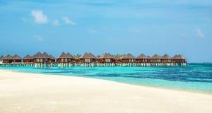 Деревянное бунгало на предпосылке лазурной воды и голубого неба, Мальдивов стоковое фото rf