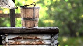 Деревянное ведро на хорошем деревенском традиционном фонтане, источнике чисто воды от природы видеоматериал