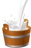 Деревянное ведерко с молоком льет изолированный на бело- векторе бесплатная иллюстрация